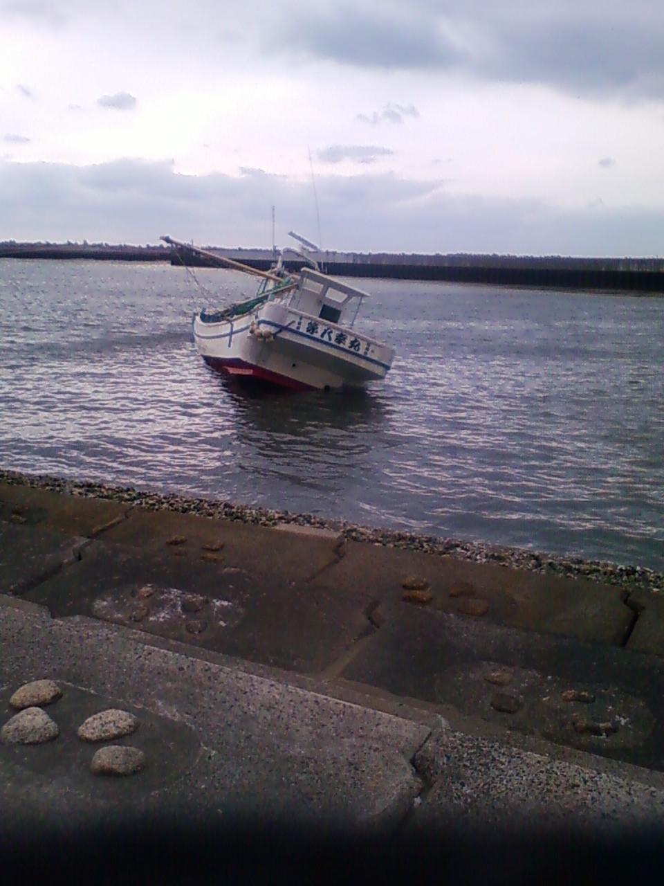 座礁したままの漁船