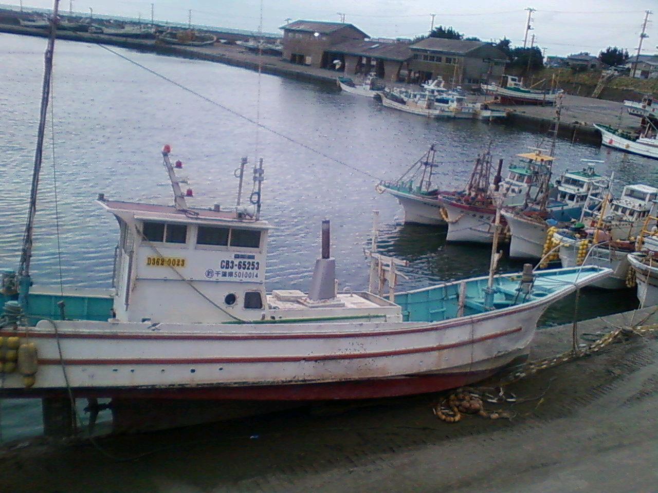 打ち上げられた漁船