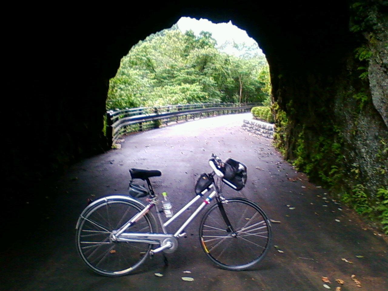 奥多摩白丸トンネル側道で雨宿り
